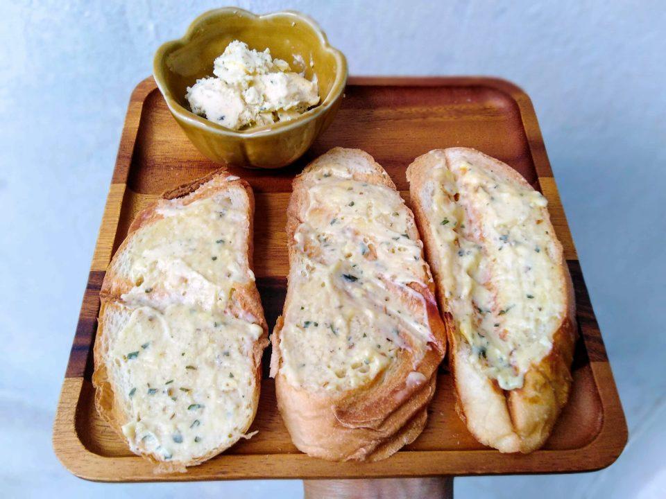 ขนมปังฝรั่งเศสหน้าชีสสเปรด